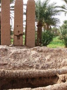 Ecco il pozzo tradizionale della Valle della Dràa: l'acqua veniva attinta azionando un bilanciere sostenuto da tre piloni in terra cruda e sassi