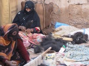 Donne saharawi filano il pelo di dromedario